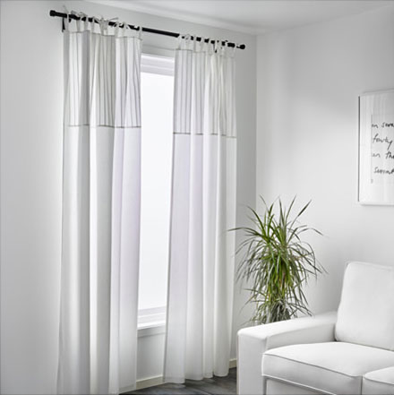 以米色为底的窗帘,上有圆形暗纹,色彩淡雅而富有美感,同时也非常易于