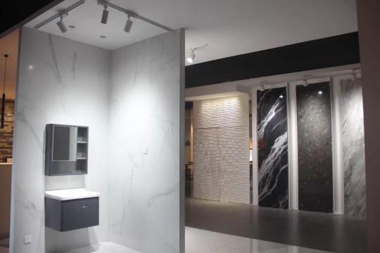 达美卫浴陶瓷照明展厅 到今年,达美将开始倾注全力开拓家具照明领域。对于这一领域,张润明更是寄予厚望:一般来说,陶瓷照明渠道到总代那里就可以了,但由于绝大部分消费者都会到店里选购家具产品,因此家具行业对店面需求更高。同时当前很多家具店都有特定的装修风格,对于我们产品和设计的提升也有很大帮助。